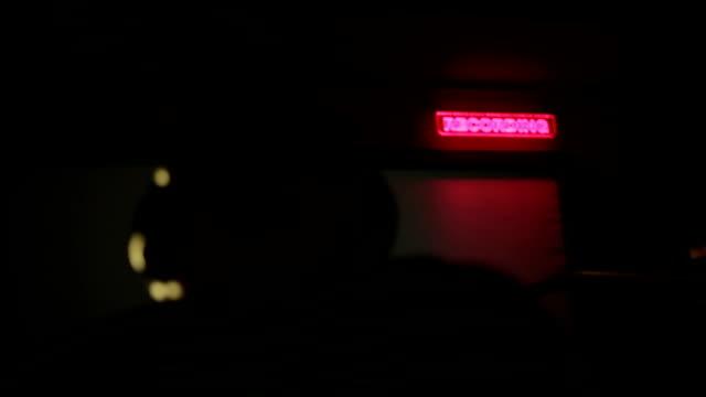 Haut-parleur et un panneau dans son studio d'enregistrement - Vidéo