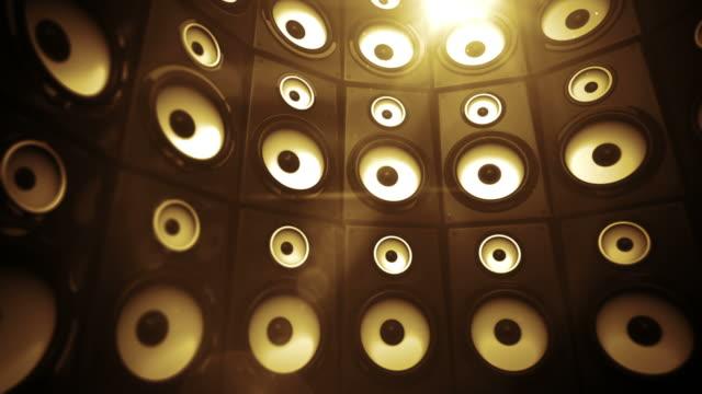 stockvideo's en b-roll-footage met speaker wall background loop - gold light (full hd) - luidspreker