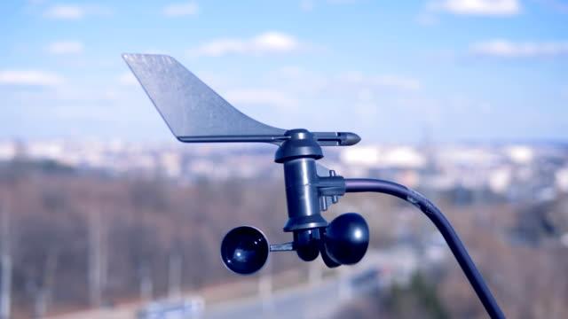särskild enhet anger vindhastighet. lilla vindmätaren roterar, som anger vindhastighet. - barometer bildbanksvideor och videomaterial från bakom kulisserna