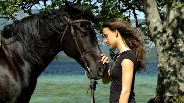 HD RALENTI: Relation particulière avec cheval. - Vidéo