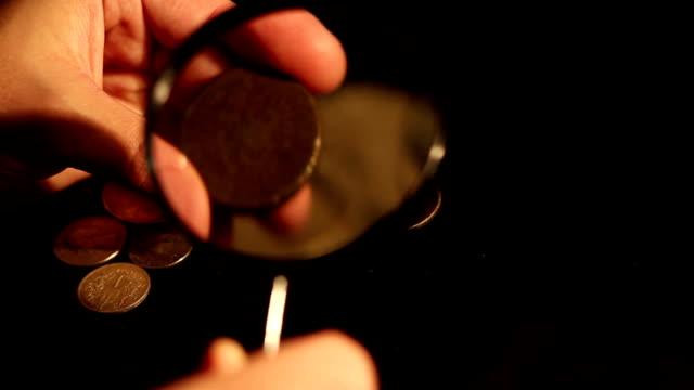 specialist bewertet münzen - lupe stock-videos und b-roll-filmmaterial