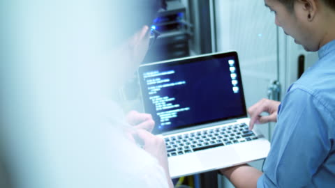 vídeos y material grabado en eventos de stock de especialista de ti trabajando en un ordenador portátil - codificar