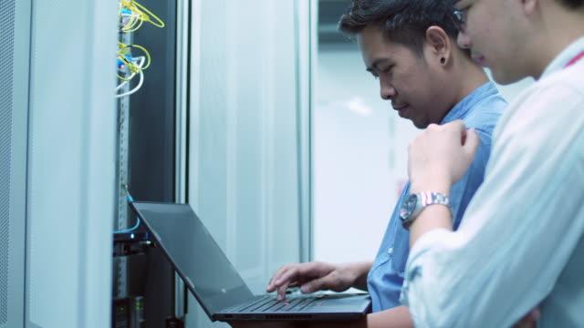 it specialist working on a laptop - televisione a ultra alta definizione video stock e b–roll
