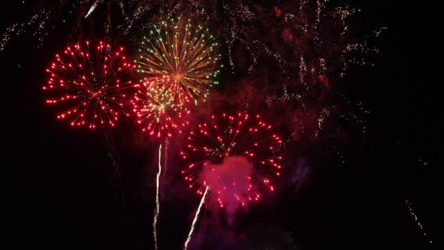 4 k の壮大な花火大会と幻想的な素晴らしい花火 - 花火点の映像素材/bロール