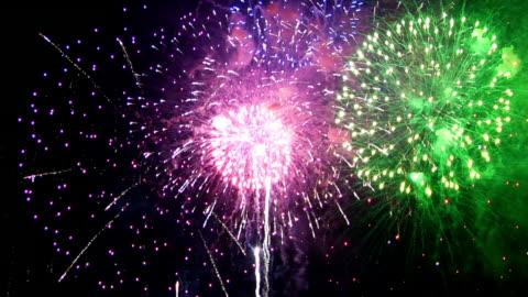 spektakuläre feuerwerk finale in hd-qualität - feiern stock-videos und b-roll-filmmaterial