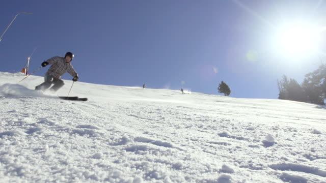 spettacolare rallentatore di snow powder spruzzare nella telecamera. - sci freestyle video stock e b–roll