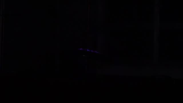 vídeos y material grabado en eventos de stock de espectro de colores azules y púrpuras de la máquina - descarga eléctrica