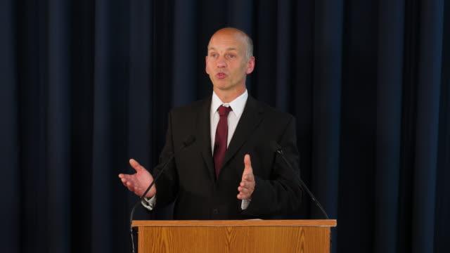 vídeos de stock, filmes e b-roll de 4k: discurso de politican/primeiro-ministro/professor/pregador/conferência de imprensa - discurso
