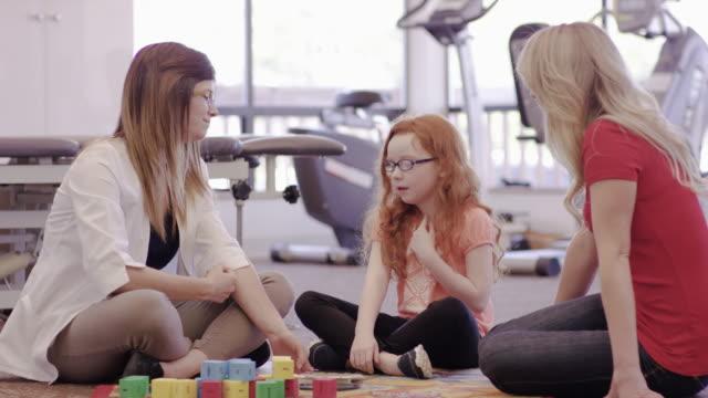 少女と彼女の母親で働く言語聴覚士 ビデオ