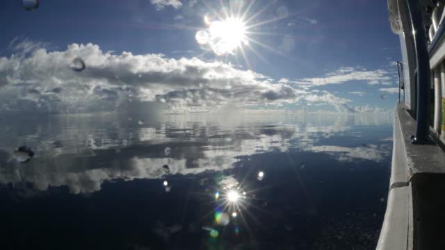 vídeos y material grabado en eventos de stock de velocidad del barco en el mar del espejo - palaos