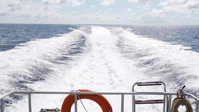 sürat teknesi su köpük ve yüzey arkasında denize sıfır tam hız sürücü ile devam edelim. - okyanus gemisi stok videoları ve detay görüntü çekimi