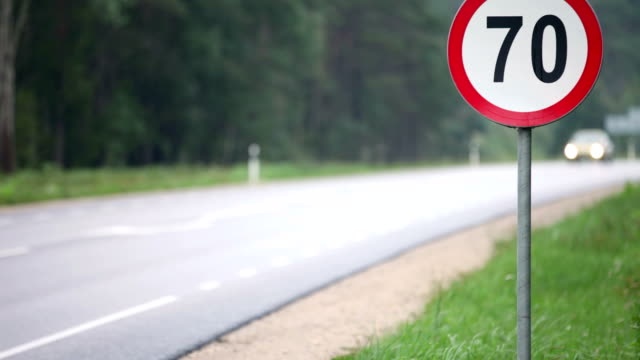 stockvideo's en b-roll-footage met speed limit sign - maximumsnelheid bord