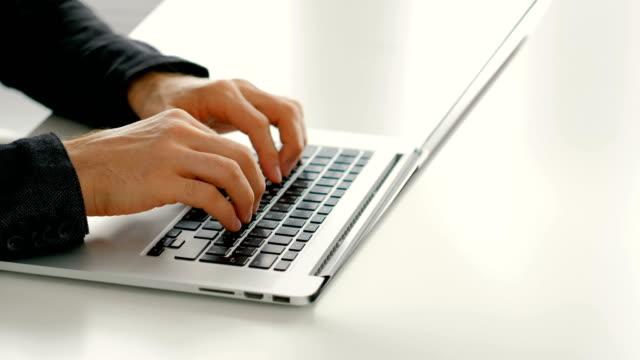 スピードタイピングオンラインレビュー速い男の手のラップトップ - ファストモーション点の映像素材/bロール