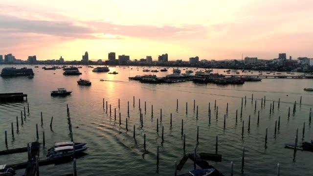schnellboot, laem medihai pier, pattaya - strand pattaya stock-videos und b-roll-filmmaterial