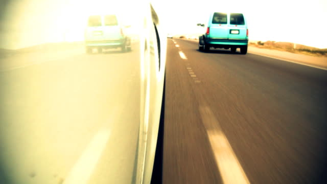 eccesso di velocità lungo l'autostrada basso angolo - sportello d'auto video stock e b–roll