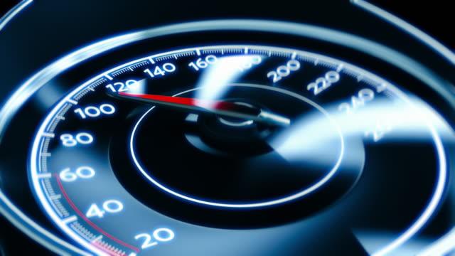 geschwindigkeitsüberschreitung, trunkenheit am steuer. extreme beschleunigung auf auto-tachometer, glas zerbricht - achtlos stock-videos und b-roll-filmmaterial