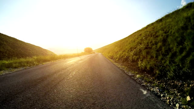 vídeos de stock e filmes b-roll de câmara a bordo de carro rápido na estrada reta - reto descrição física