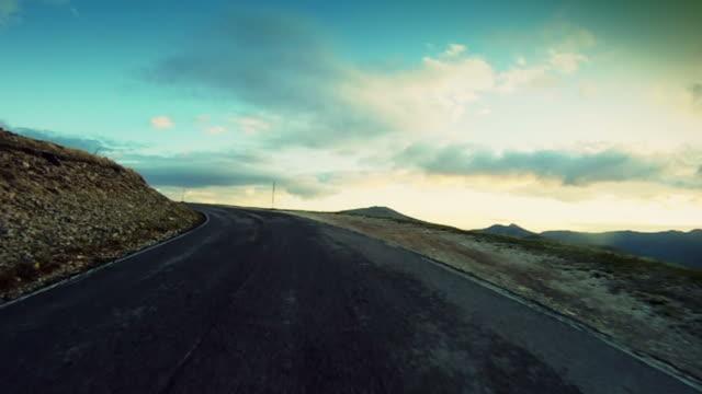 vídeos de stock, filmes e b-roll de speedy câmera a bordo do carro de rally em estrada de montanha - estrada sinuosa