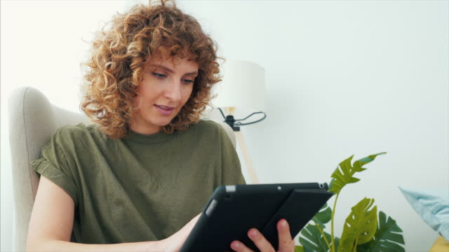 온라인에서 약간의 자유 시간을 보내고 있습니다. - 태블릿 스톡 비디오 및 b-롤 화면