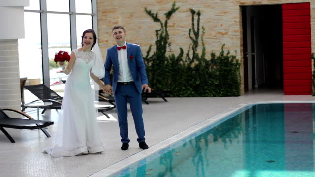 vidéos et rushes de passer du temps ensemble les jeunes mariés - lieu sportif