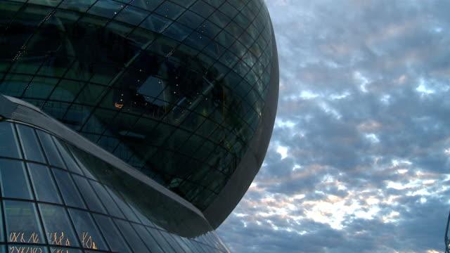 sphere byggnaden och molnig himmel. - solar panel bildbanksvideor och videomaterial från bakom kulisserna