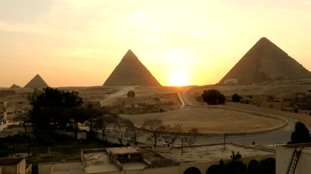 sphinx and great pyramids at giza, cairo, egypt - египет стоковые видео и кадры b-roll