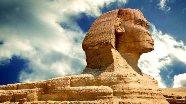 sphinx-statuen mit vorüberziehende wolken - könig schachfigur stock-videos und b-roll-filmmaterial