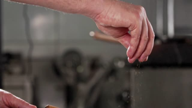 kryddor i matlagning - frying pan bildbanksvideor och videomaterial från bakom kulisserna