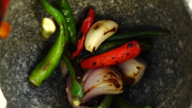 gewürze gießen zeitlupe - chilli stock-videos und b-roll-filmmaterial