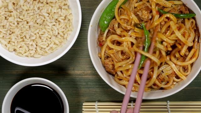 vídeos y material grabado en eventos de stock de fideos y cerdo chino - comida china