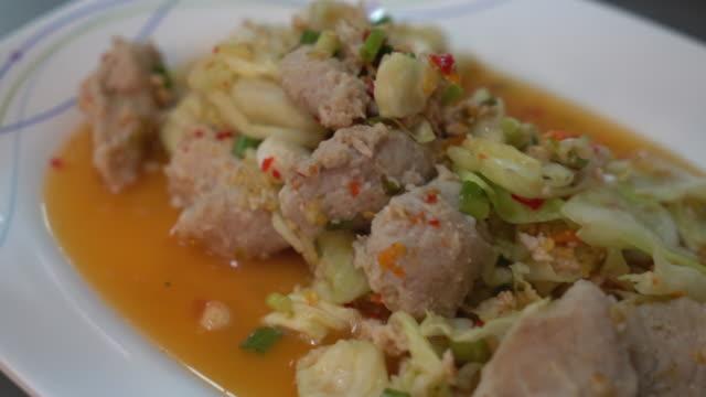 pikante hackfleisch-schweinefleisch-salat - chilli stock-videos und b-roll-filmmaterial