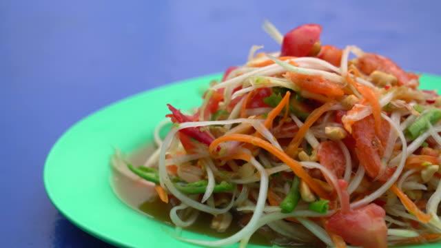 vidéos et rushes de épicé salade de papaye  - apprivoisé