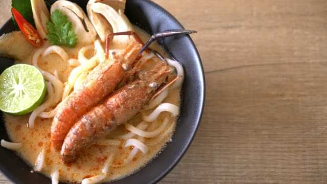 würzige Garnelen Udon Ramen Nudeln (Tom Yum Goong) – Video
