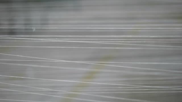 spindel med vitt garn i jean fabriken - fiber bildbanksvideor och videomaterial från bakom kulisserna