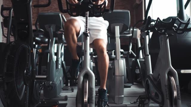 stockvideo's en b-roll-footage met spinn je benen uit - fitnessapparaat