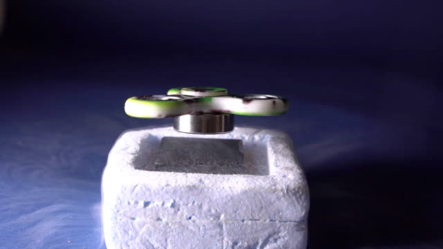 spinner magnetic cushion. magnetic properties of the metal when frozen with liquid nitrogen. - magnete video stock e b–roll