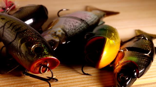 spinnerei köder zum angeln. - fischköder stock-videos und b-roll-filmmaterial