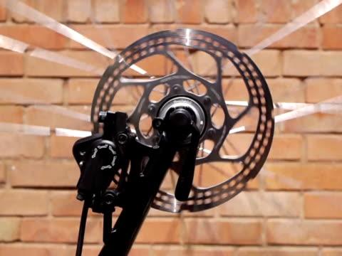 spinning bicycle wheel loop - 建築物特徵 個影片檔及 b 捲影像