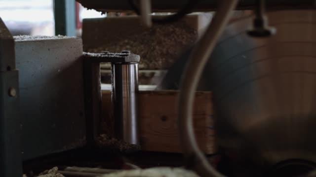 spinning circle klinge holzfällen auf brettern an holzarbeiten maschine - sägemehl stock-videos und b-roll-filmmaterial