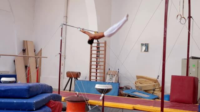 体操のバーの回転 - 体操競技点の映像素材/bロール