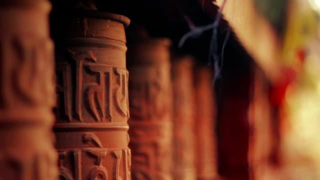 stockvideo's en b-roll-footage met spinning prayer wheels at the nyingma monastery in marpha, mustang, nepal - klooster