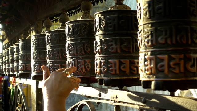 スワヤンブナート、ネパール ・ カトマンズで祈りのホイールをスピンします。 - ネパール点の映像素材/bロール