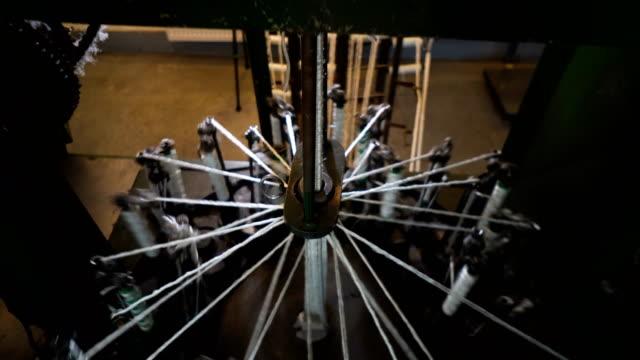 vidéos et rushes de usine de production ligne de filature - fibre