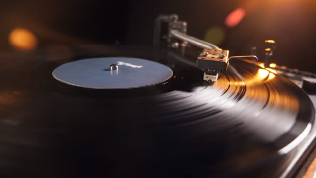 spinning record on a vinyl player - giradischi video stock e b–roll