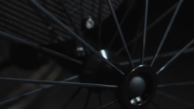 snurrande ekrar och hjulnav - wheel black background bildbanksvideor och videomaterial från bakom kulisserna