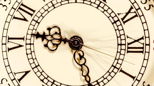 vídeos de stock, filmes e b-roll de faixa de relógio espiral do tempo - cronômetro instrumento para medir o tempo