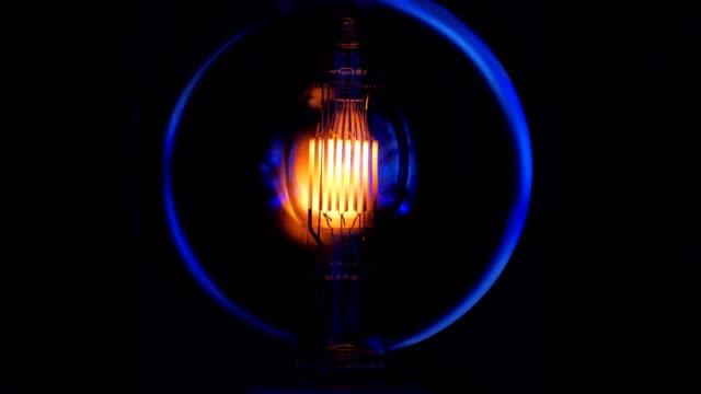 spirale der elektrischen lampe von professionellen licht einschalten, nahaufnahme - led leuchtmittel stock-videos und b-roll-filmmaterial