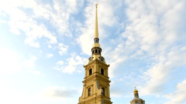 spiran av st. peter och paul-katedralen i st. petersburg, ryssland - peter and paul cathedral bildbanksvideor och videomaterial från bakom kulisserna