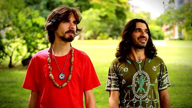 spirituale amici a piedi - hippy video stock e b–roll