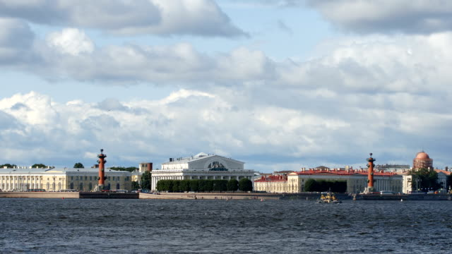 spit of the vasilievsky island, the neva river and clouds in the summer - st. petersburg, russia - san pietroburgo russia video stock e b–roll